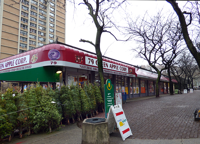 Shareholders of Whitman Owner Corp. in Brooklyn Heights learned Monday night that a developer has upped its offer for a strip of shops along Pineapple Walk. The parcel includes the Park Plaza Diner, a pet store, a beauty parlor, a toy store and 79 Green Apple Corp., commonly known as Peas n' Pickles grocery store, shown above. Photo by Mary Frost
