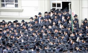 Mourners gradually fill up space before Yetev Lev D'Satmar to mourn Isaac Rosenberg. Eagle photos by Andy Katz