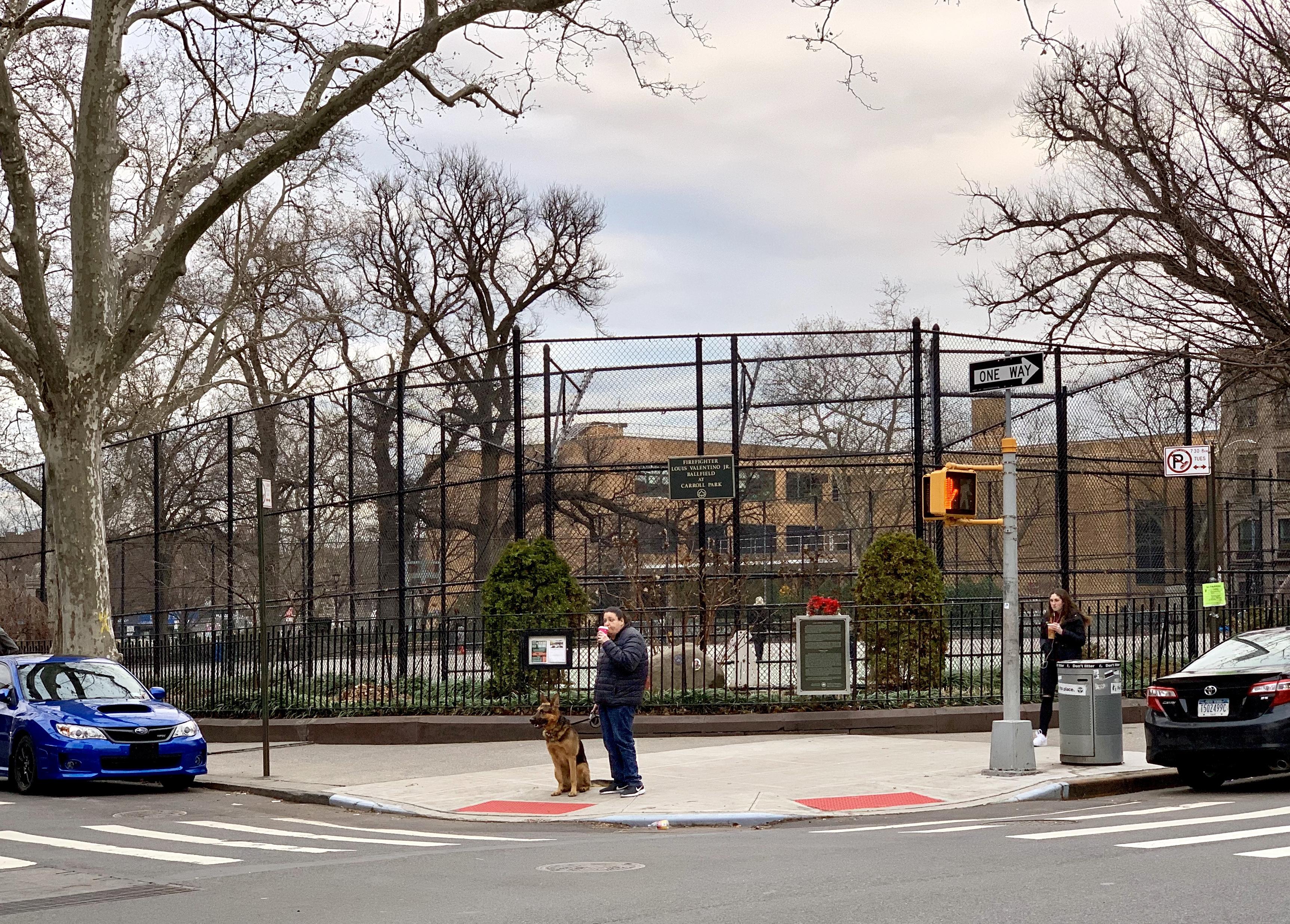 Carroll Park, vu de la rue Court. Photo de Mary Frost / Brooklyn Eagle