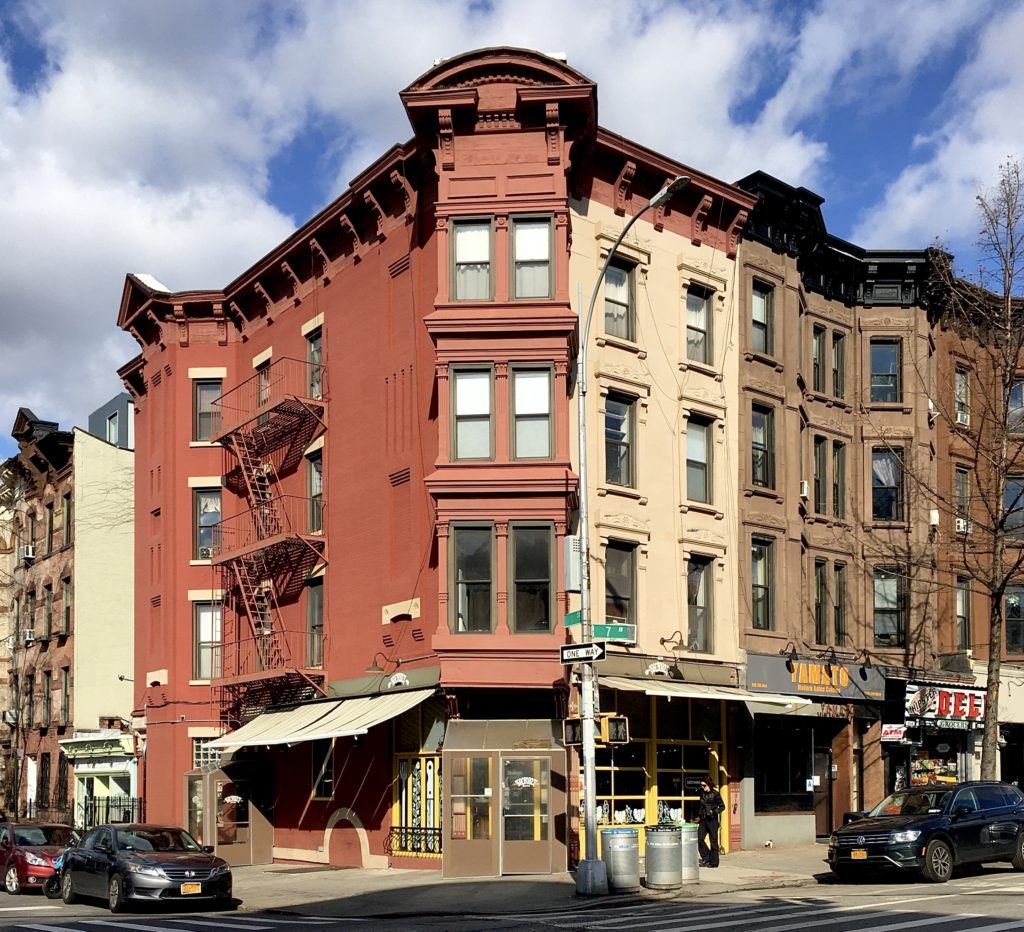 This flats building at 170 Seventh Ave. is so picturesque. Photo: Lore Croghan/Brooklyn Eagle
